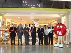 Chase International's Chase Donaldson (far left) and Otis McAllister's Dan Bush (far right) join Greg Paradies (center) and representatives of JFKIAT and Lagardé at the official opening of the So Chocolate! concept at JFK Terminal 4.