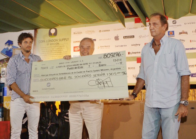 London Supply Group President Teddy Taratuty, right, Vice President Victor Hugo Bonnet and director Mariano Taratuty reveal the record-breaking sum raised for charity at the 13th Trophy Golf Tournament in Punta del Este.