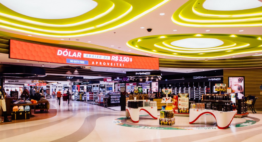A diverse world of goods tempts travelers at Dufry's new walk-through concept travel retail store at Rio de Janeiro's RIOgaleão International Airport. Crédito_Divulgação.